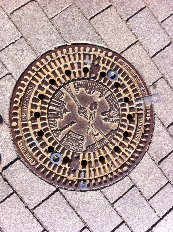 Even under foot the city expresses itself through art. This very fancy man hole cover depicts the cities main attractions, such a cleaver idea!